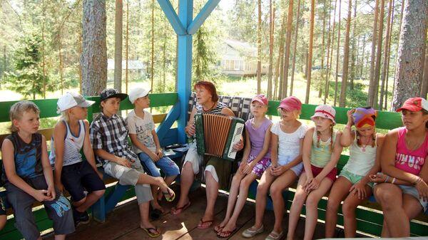 Дети в оздоровительном лагере. Архив