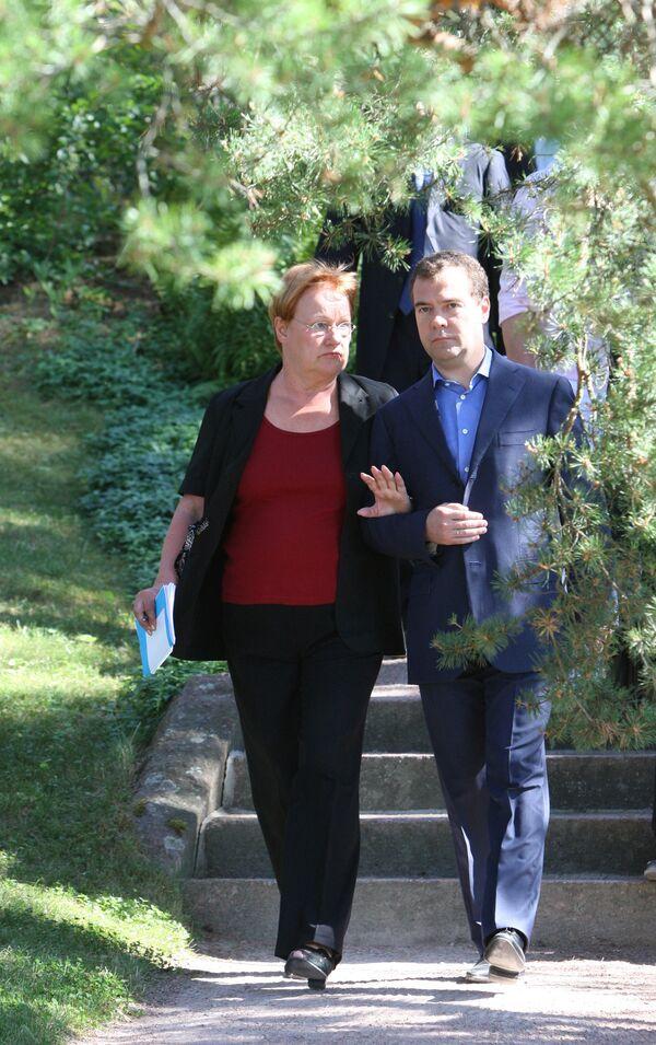 Прогулка Дмитрия Медведева и Тарьи Халонен по парку Култаранта
