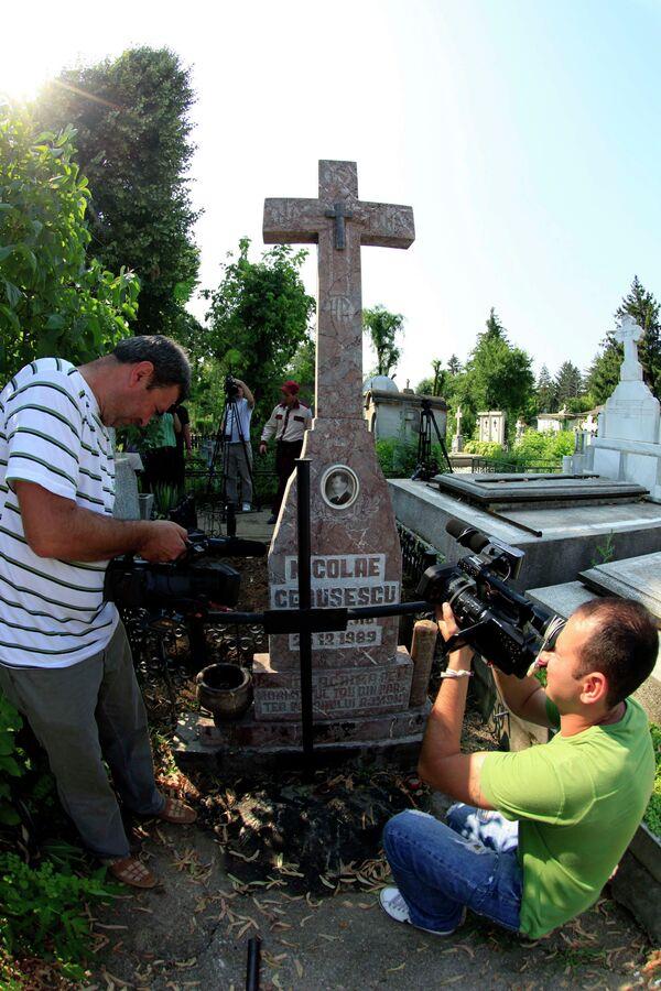 Могила Николае Чаушеску, где началась эксгумация его тела