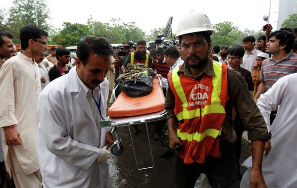 Спасательные работы на месте крушения самолета в Пакистане