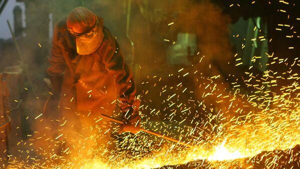 В плавильном цехе Никелевого завода ОАО ГМК Норильский никель. Архивное фото