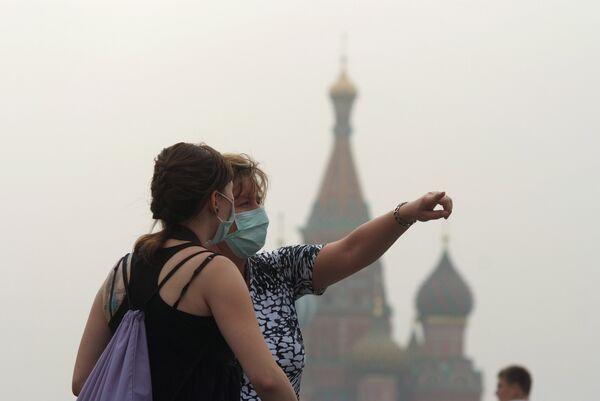Дым от лесных пожаров окутал Москву