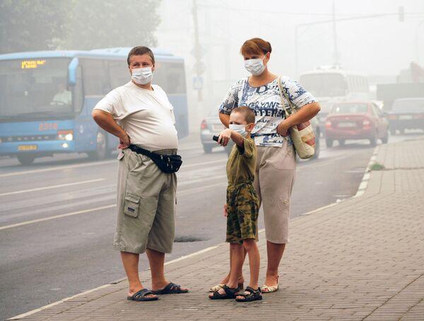 Жители Коломны спасаются от дыма при помощи марлевых повязок
