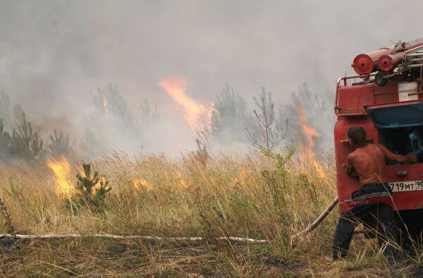 Тушение травы на подступах к поселку Шувое Егорьевского района