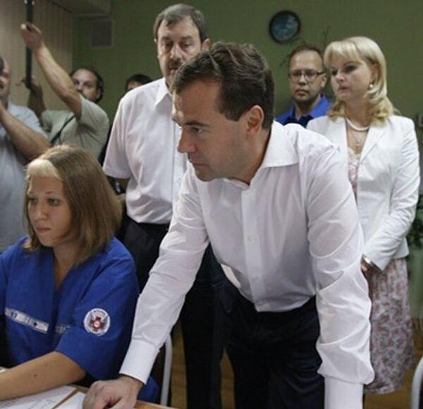 Врачи скорой помощи рассказали Медведеву, как они работают в жару
