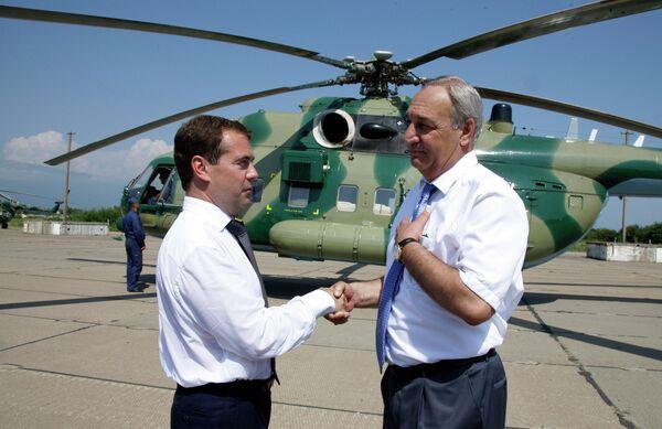 Президент РФ Дмитрий Медведев посетил российскую военную базу в Гудауте