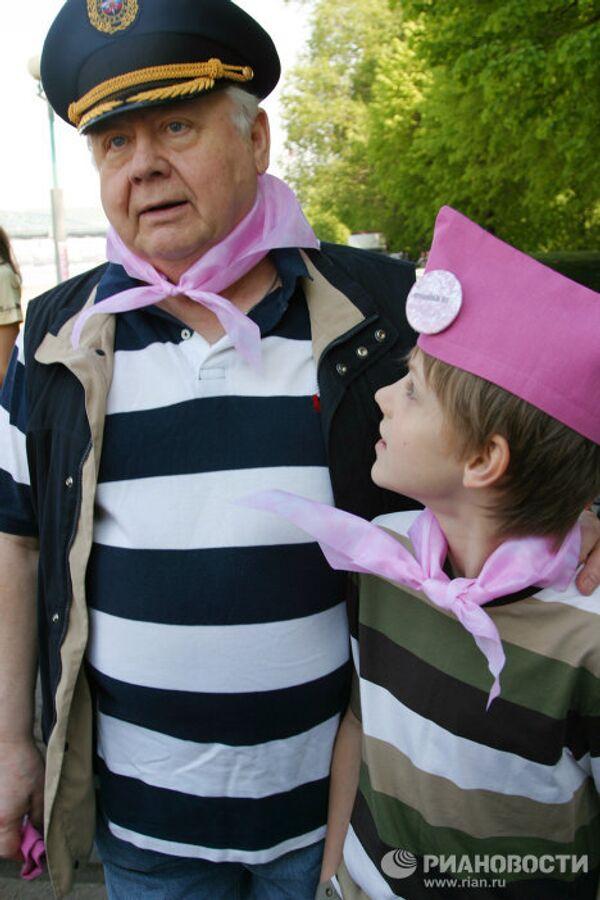 Олег Табаков с сыном во время традиционной посадки деревьев в рамках фестиваля искусств Черешневый лес.
