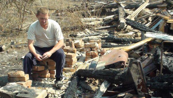 Леонид Соломатин на пепелище дома своей семьи в Воронеже