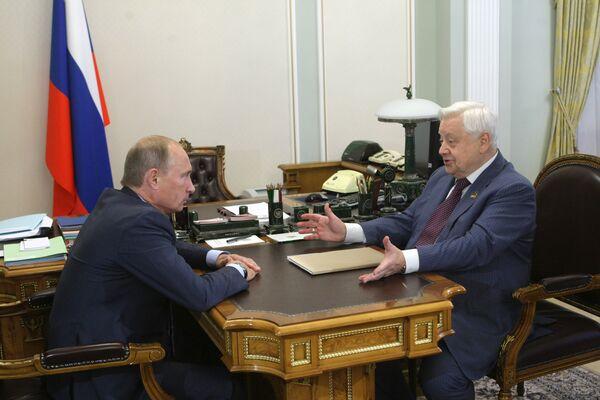 Премьер-министр РФ Владимир Путин поздравил Олега Табакова с юбилеем