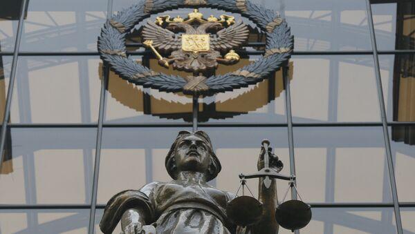 Статуя Фемиды на фасаде здания верховного суда РФ в Москве. Архив