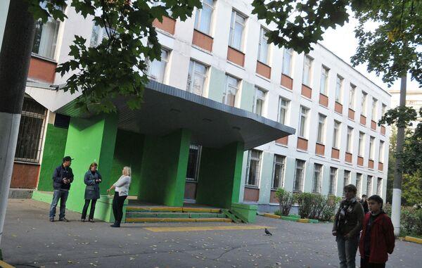 Следственные органы проводят проверку по факту драки около школы на юге Москвы, после которой скончался одиннадцатиклассник