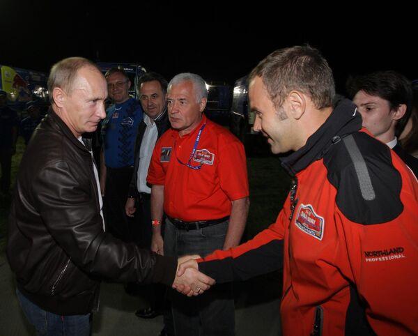 Премьер-министр РФ Владимир Путин посетил лагерь международного автомобильного ралли Шелковый путь-2010