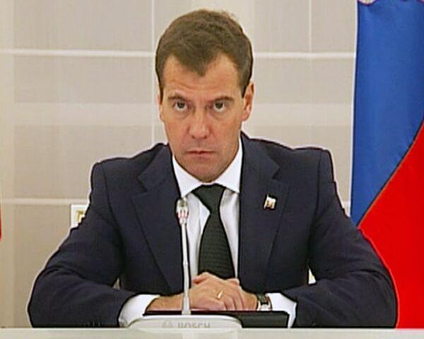 Медведев потребовал наказать спекулянтов, повысивших цены на продукты