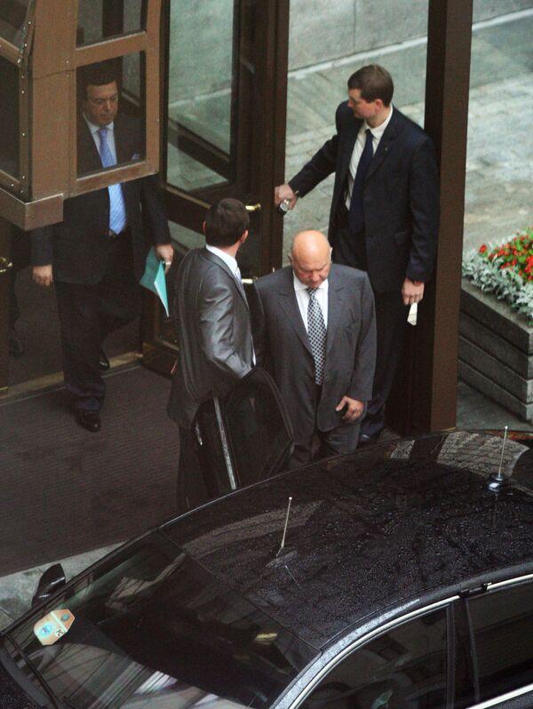 Бывший мэр Москвы Юрий Лужков покидает здание мэрии