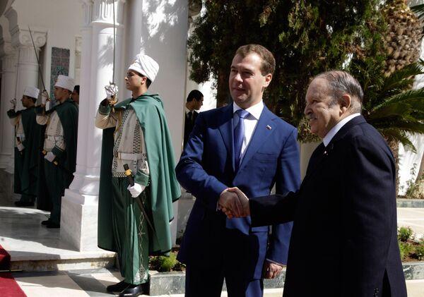 Официальная церемония встречи Дмитрия Медведева в аэропорту Хуари Бумедьен