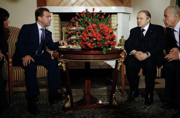 Президент РФ Дмитрий Медведев и президент Алжира Абдельазиз Бутефлика