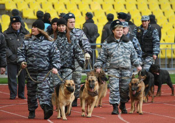 Сотрудники правоохранительных органов перед началом матча на спортивной арене Олимпийского комплекса «Лужники»