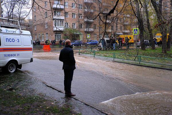 Прорыв водопровода на улице Маломосковская в Москве