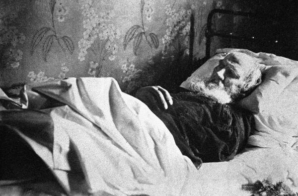 Писатель Лев Толстой на смертном одре