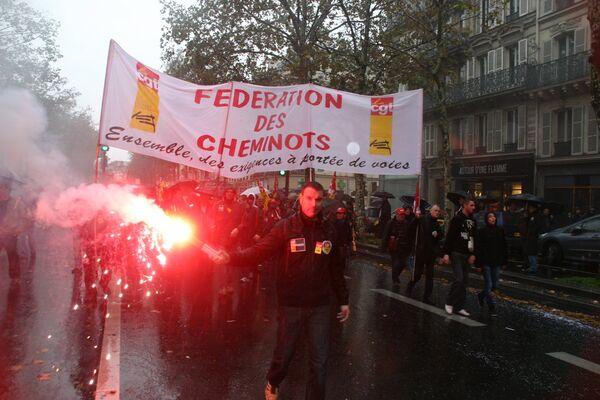 Французы под проливным дождем вновь вышли на демонстрации