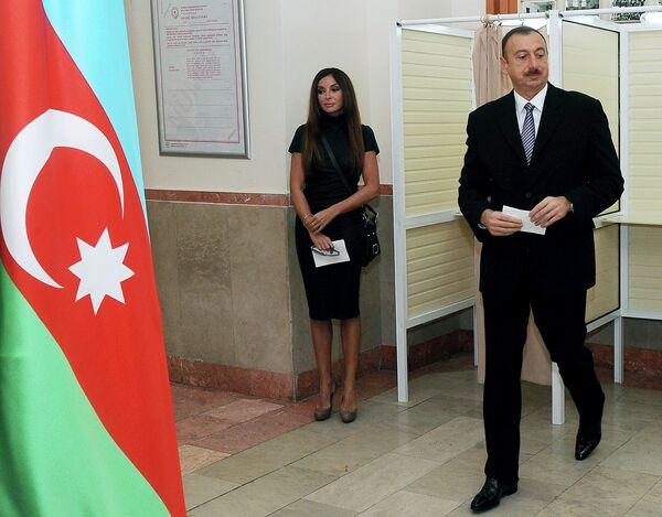 Президент Азербайджана Ильхам Алиев голосует на выборах в парламент