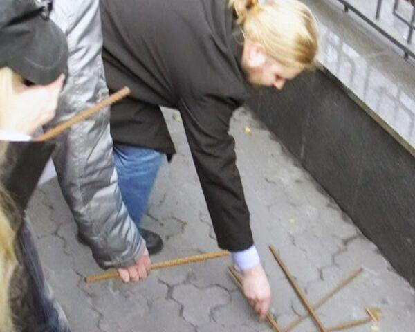 Железные прутья принесли к посольству РФ в Киеве украинские журналисты