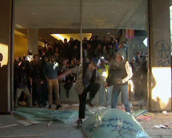 Лондонские студенты взяли штурмом штаб-квартиру правящей партии