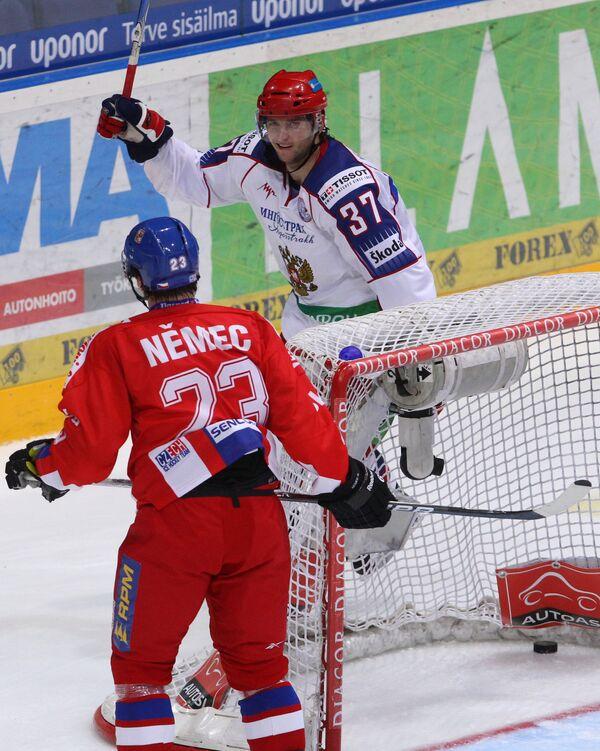 Денис Гребешков (на заднем плане)