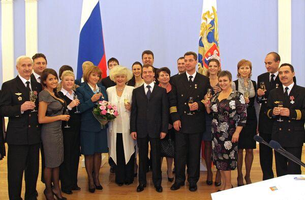 Президент РФ Д.Медведев вручил государственные награды девяти членам экипажа Ту-154