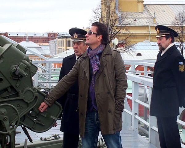 Олег Меньшиков палит из пушки в Петропавловской крепости