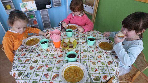Во время обеда в детском саду. Архив