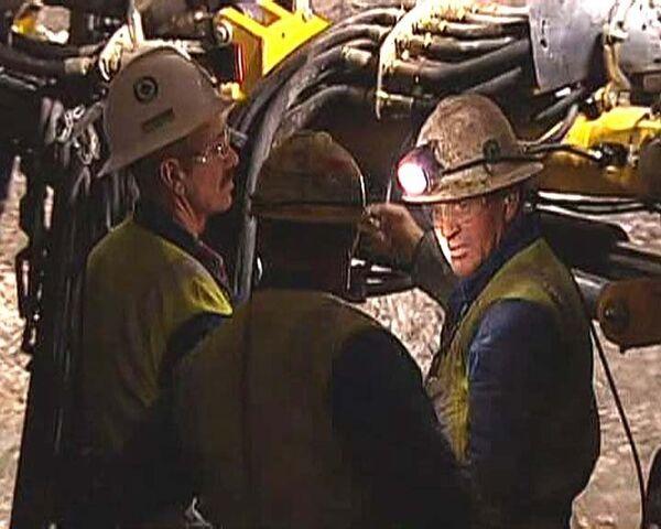 После взрыва на шахте 36 горняков остаются под завалами