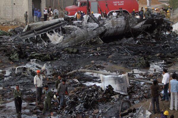 На месте падения Ил-76 в Карачи