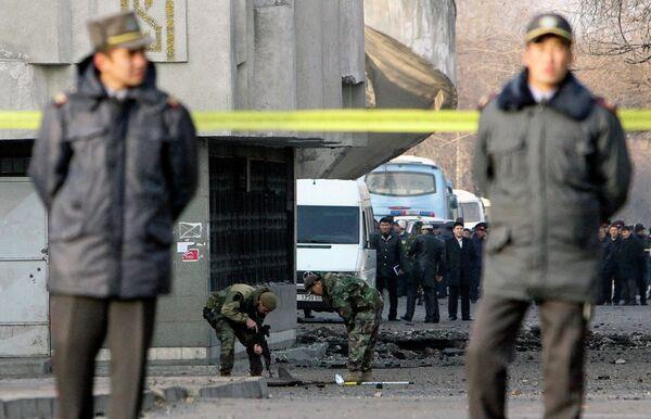 Милиция на месте взрыва в Бишкеке 30 ноября 2010 года
