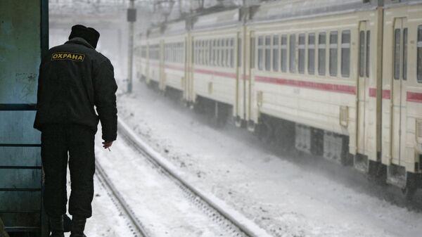 Охранник на платформе станции