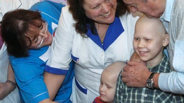 Ален Делон посетил детское онкологическое отделение больницы № 31 в Санкт-Петербурге