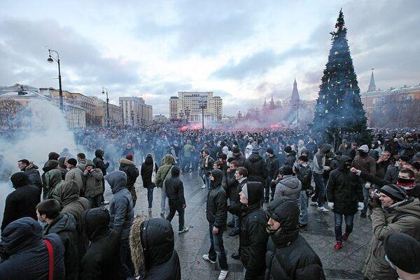 Беспорядки во время митинга фанатов на Манежной площади в Москве
