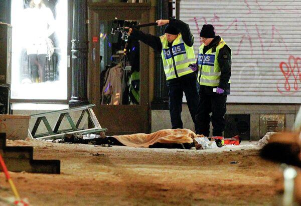 Полиция Швеции на месте взрыва в Стокгольме 11 декабря 2010 г
