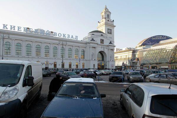 Парковка автомобилей у Киевского вокзала. Архив