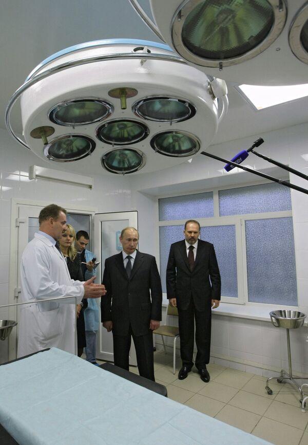 Премьер-министр РФ Владимир Путин во время посещения  Ивановской областной клинической больницы
