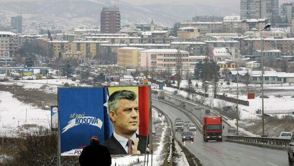 Предвыборный плакат с изображением премьер-министра Косово Хашим Тачи в Приштине