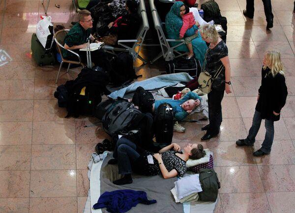 Около 1,5 тыс пассажиров провели ночь в Брюсселе из-за снегопада в Лондоне