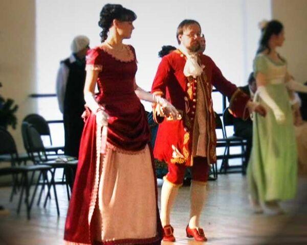 На бал к губернатору гости пришли в костюмах из штор и скатертей