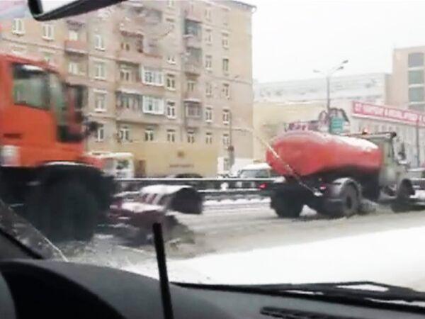 Колонны спецтехники борются со снегом на дорогах Москвы