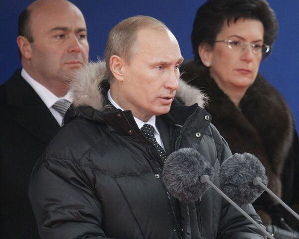 Путин: народ не может быть с теми, кто разрушает память о своих героях