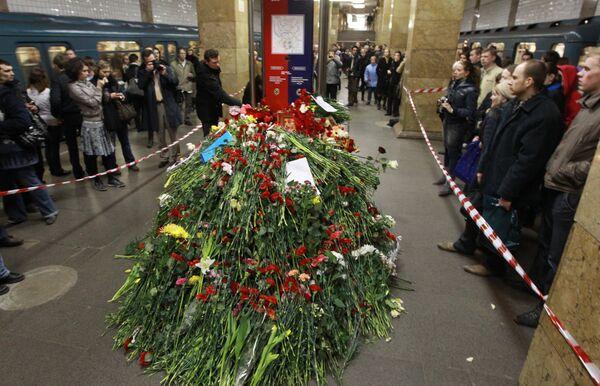 Москвичи почтили память погибших в результате взрыва на станции метро Парк культуры