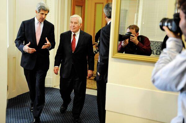 Сенаторы Джон Керри и Ричард Лугар обсуждают голосования по договору по СНВ
