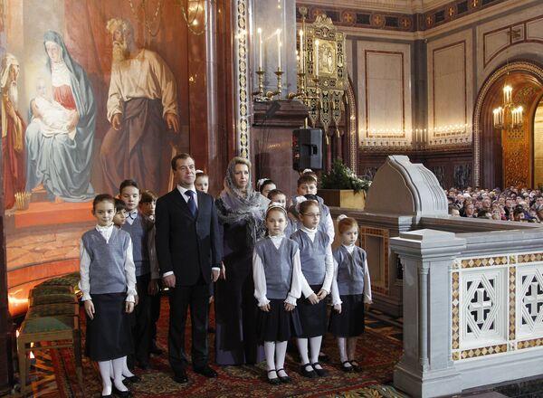 Дмитрий Медведев с супругой на Рождественском богослужении в Москве
