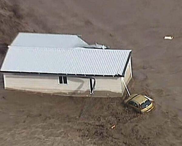 Потоки воды смывают машины и заливают дома в Австралии