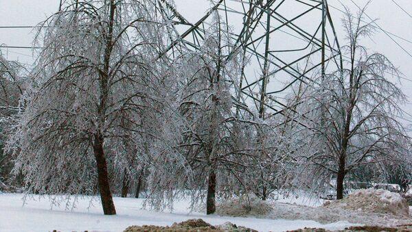 Восстановительные работы пострадавшей от обледенения линии электропередачи